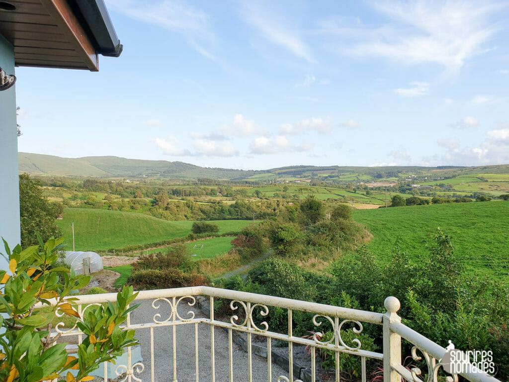 Vue sur la campagne irlandaise depuis la maison de vacances.