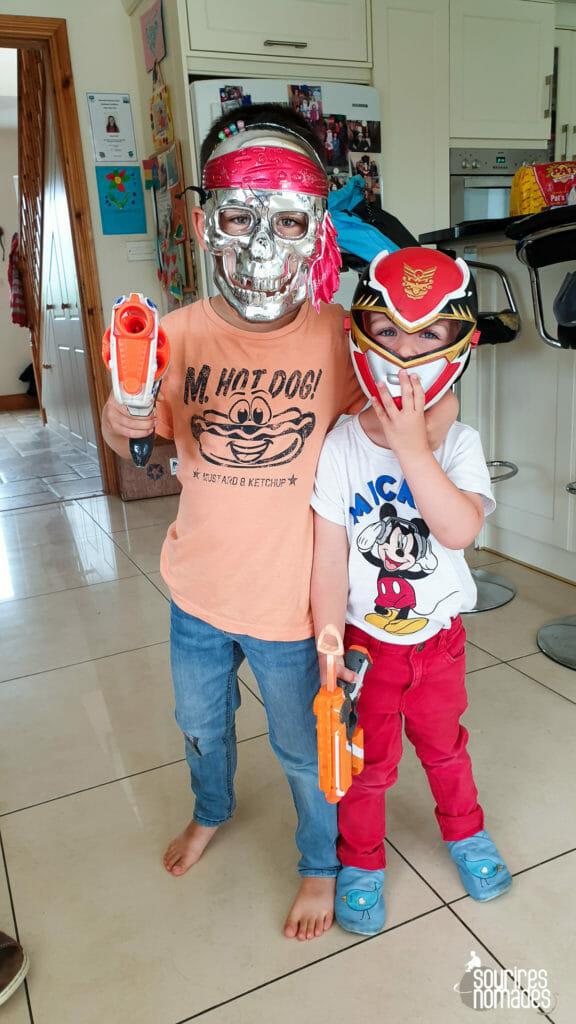 Les enfants adorent découvrir les jouets, et les déguisements de leur maison de vacances.